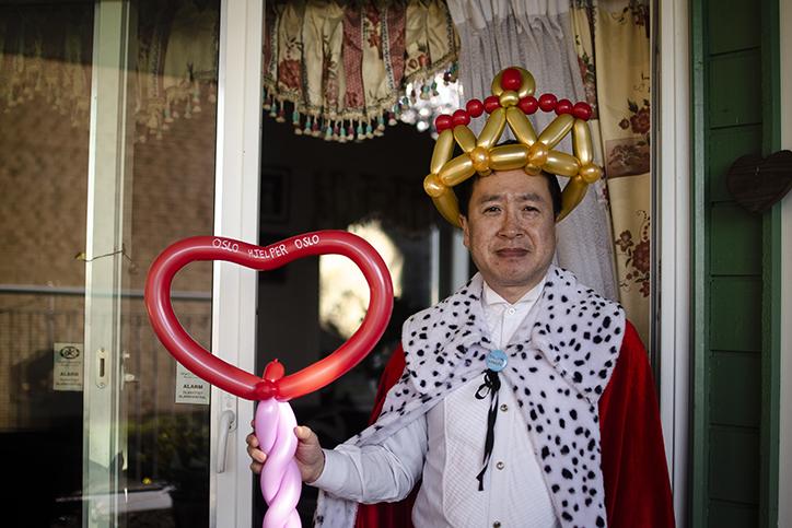 Mann med ballonger. Et av bildene til fotojournalistene.