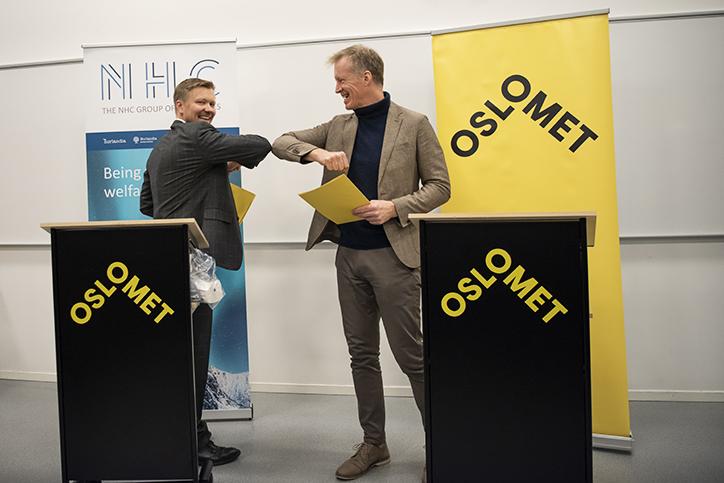 Rektor Curt Rice ved OsloMet signerer avtale med NHC Group sin CEO, Yngvar Tov Herbjørnssønn.
